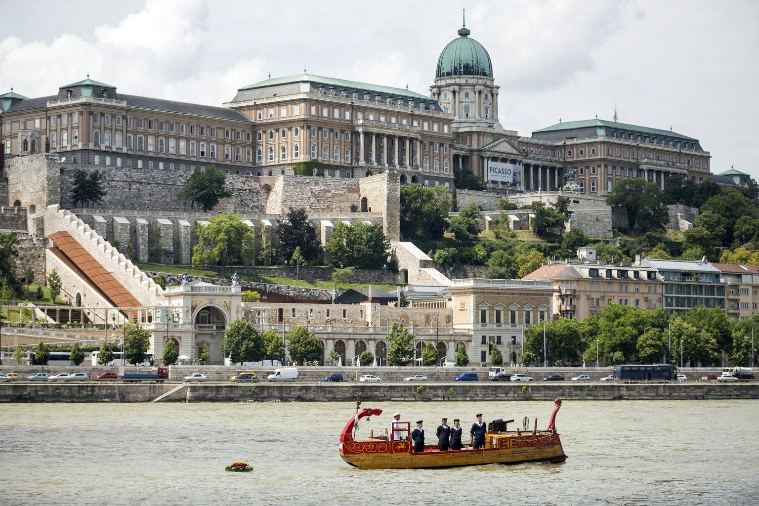 Koszorút engednek a folyóba egy hajóból a Duna Lánchíd és Erzsébet híd közötti szakaszán az 1456-os nándorfehérvári diadal emléknapján (Fotó: MTI/Mohai Balázs)