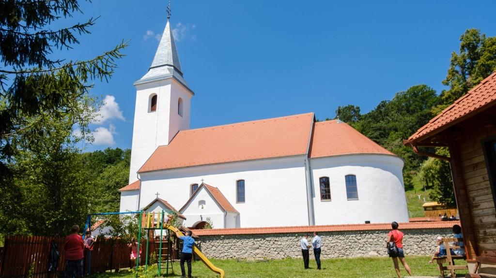 Felszentelték a tűzvész után újraépített római katolikus templomot Atyhán