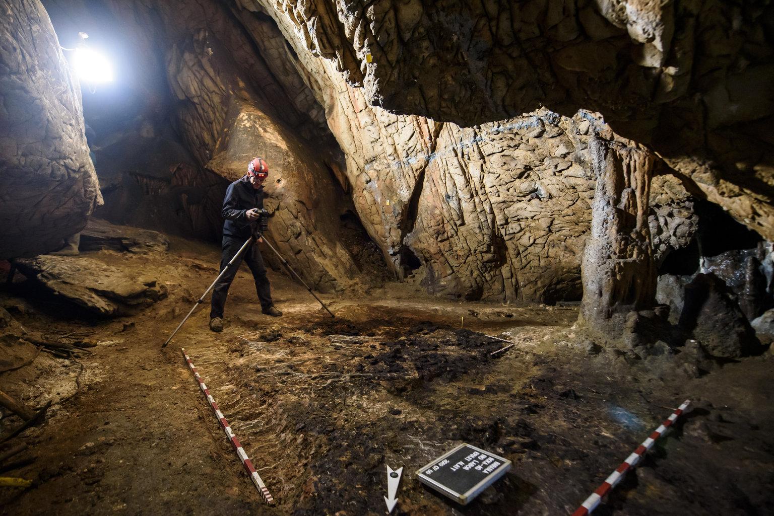 Aggtelek, 2019. július 10. Az ELTE Régészettudományi Intézet munkatársa leleteket fényképez az Aggteleki Nemzeti Park Igazgatósággal közösen végzett ásatásukon az aggteleki Baradla-barlangban 2019. július 9-én. A Baradla Európa egyik leggazdagabb barlangi lelőhelye az újkőkori és a késő bronzkori leleteknek. MTI/Komka Péter