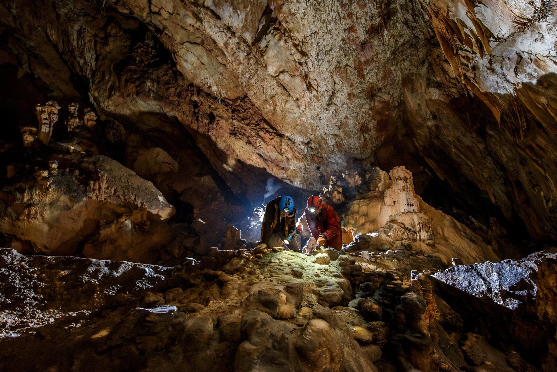 Aggtelek, 2019. július 10. Az ELTE Régészettudományi Intézet munkatársai leleteket keresnek az Aggteleki Nemzeti Park Igazgatósággal közösen végzett ásatásukon az aggteleki Baradla-barlangban 2019. július 9-én. A Baradla Európa egyik leggazdagabb barlangi lelőhelye az újkőkori és a késő bronzkori leleteknek. MTI/Komka Péter