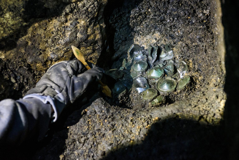 Aggtelek, 2019. július 10. Az ELTE Régészettudományi Intézet munkatársa késő bronzkori leletegyüttes feltárását végzi az Aggteleki Nemzeti Park Igazgatósággal közösen végzett ásatásukon az aggteleki Baradla-barlangban 2019. július 9-én. A Baradla Európa egyik leggazdagabb barlangi lelőhelye az újkőkori és a késő bronzkori leleteknek. MTI/Komka Péter