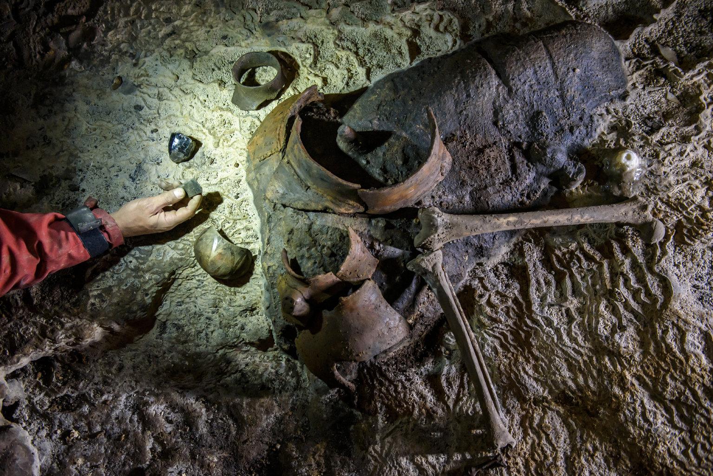 Aggtelek, 2019. július 10. Az Aggteleki Nemzeti Park Igazgatóság és az ELTE Régészettudományi Intézet közös ásatásán fellelt középső újkőkori használati tárgyak és emberi csontok az aggteleki Baradla-barlangban 2019. július 9-én. A Baradla Európa egyik leggazdagabb barlangi lelőhelye az újkőkori és a késő bronzkori leleteknek. MTI/Komka Péter