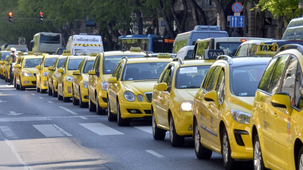 Felbecsülhetetlen károkat okoznak az illegálisan dolgozó taxisok