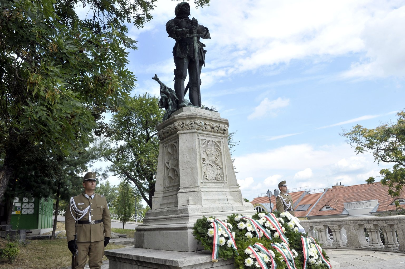 Koszorúk Hunyadi János szobránál a nándorfehérvári diadal emléknapja alkalmából tartott megemlékezésen a főváros I. kerületében (Fotó: MTI/Kovács Attila)