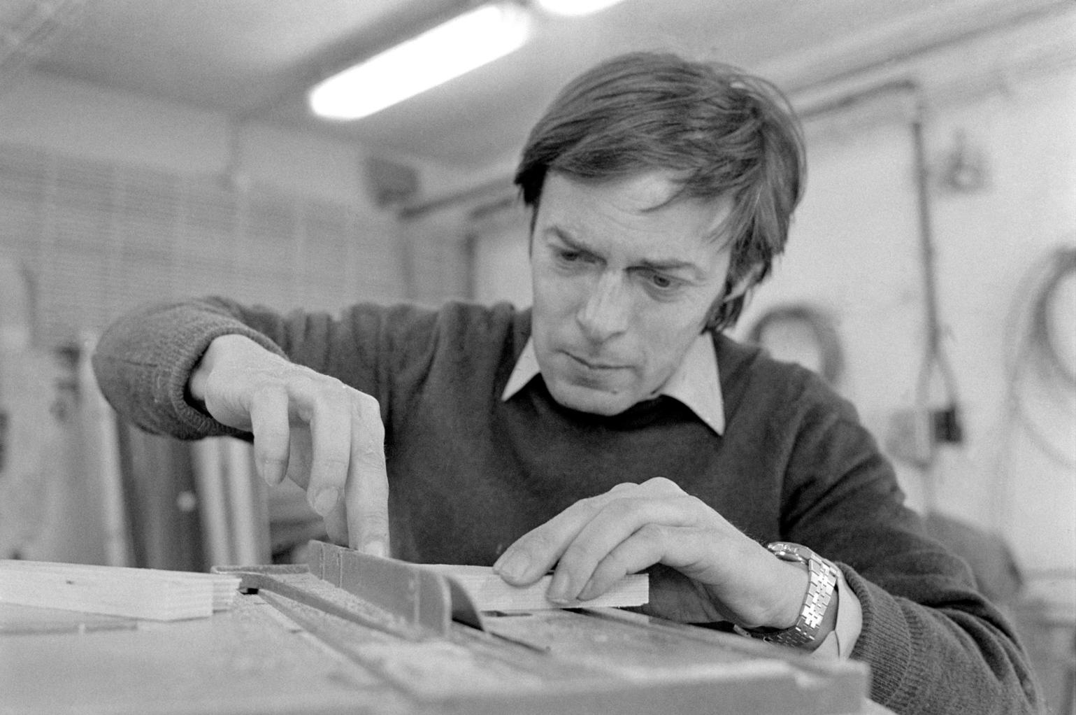 Rubik Ernő Kossuth-díjas építész, a bűvös kocka föltalálója munka közben a műhelyében.  (Fotó: MTI/Tóth Gyula, 1981)