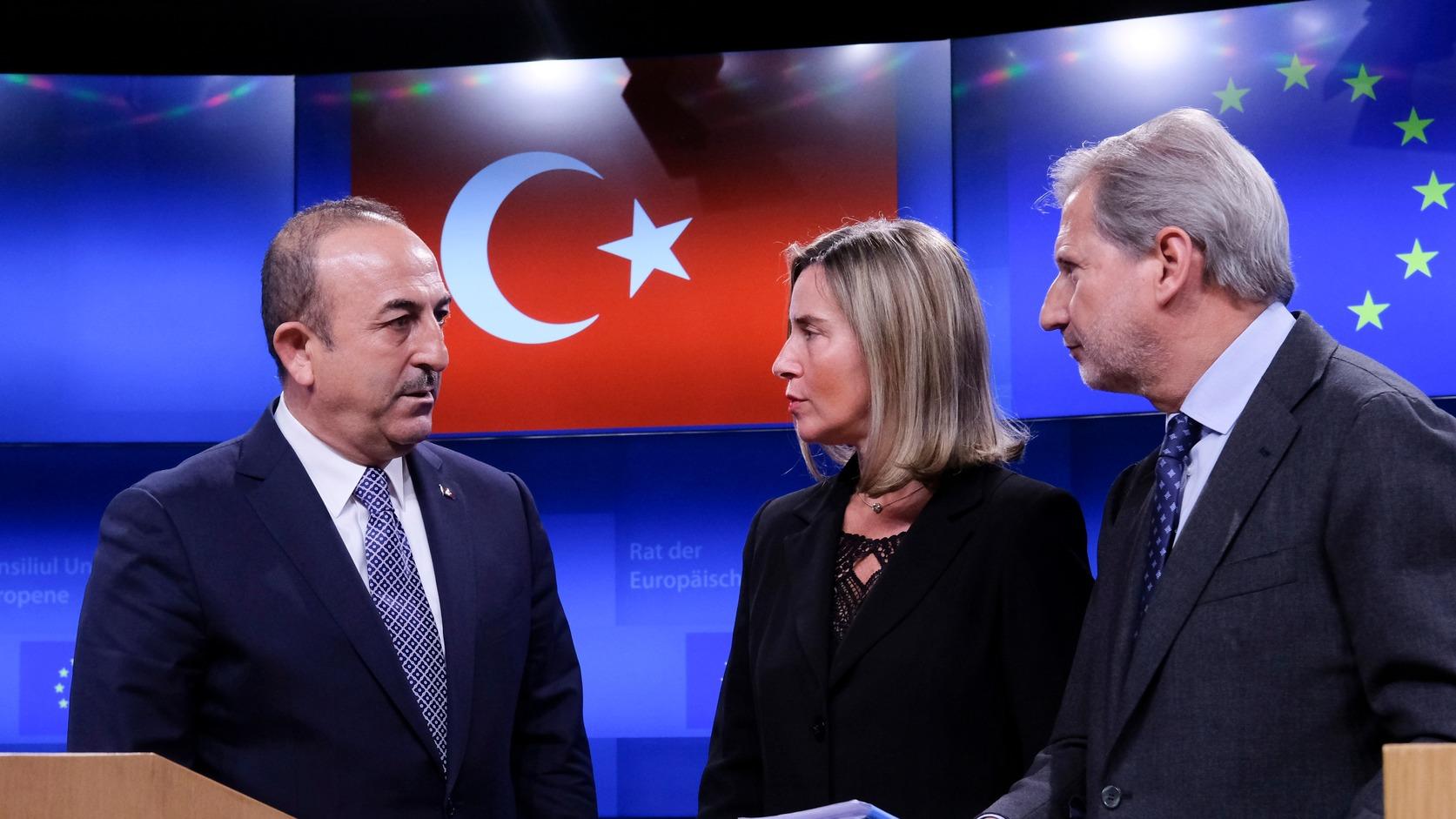 Mevlüt Cavusoglu török külügyminiszter, Federica Mogherini, az EU kül- és biztonságpolitikai főmegbízottja és Johannes Hahn, az Európai Bizottságnak az európai szomszédságpolitikáért és az EU-csatlakozási tárgyalásokért felelős tagja (b-j) az Európai Unió-Törökország Társulási Tanács ülésén Brüsszelben 2019. március 15-én. MTI/EPA/Olivier Hoslet