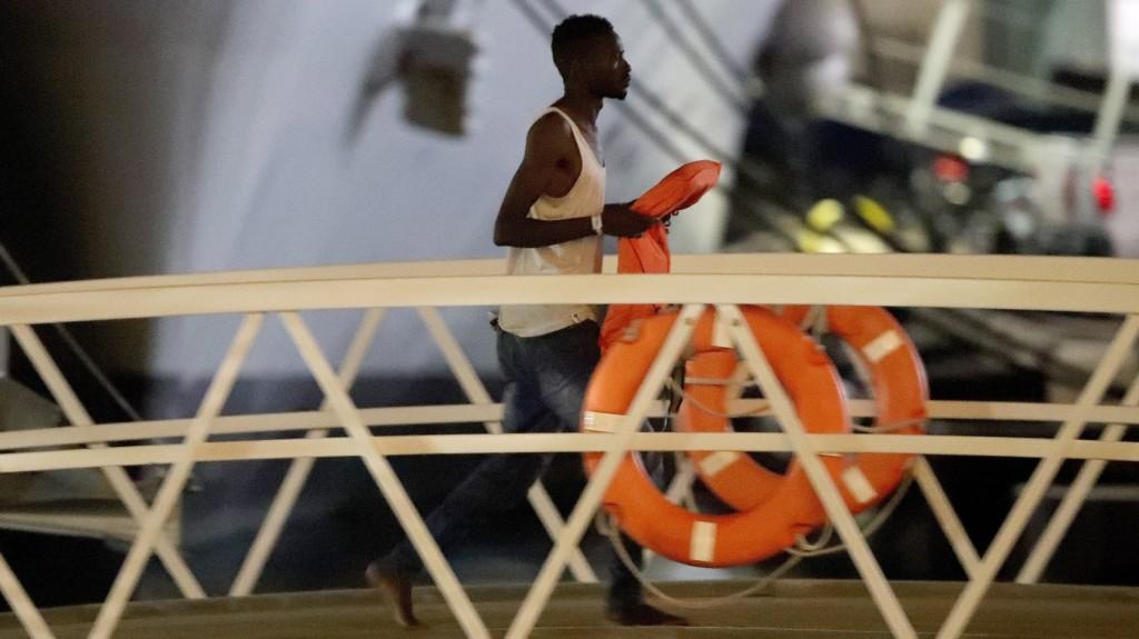 Békatalppal és úszógumival próbált átkelni egy migráns a La Manche-csatornán