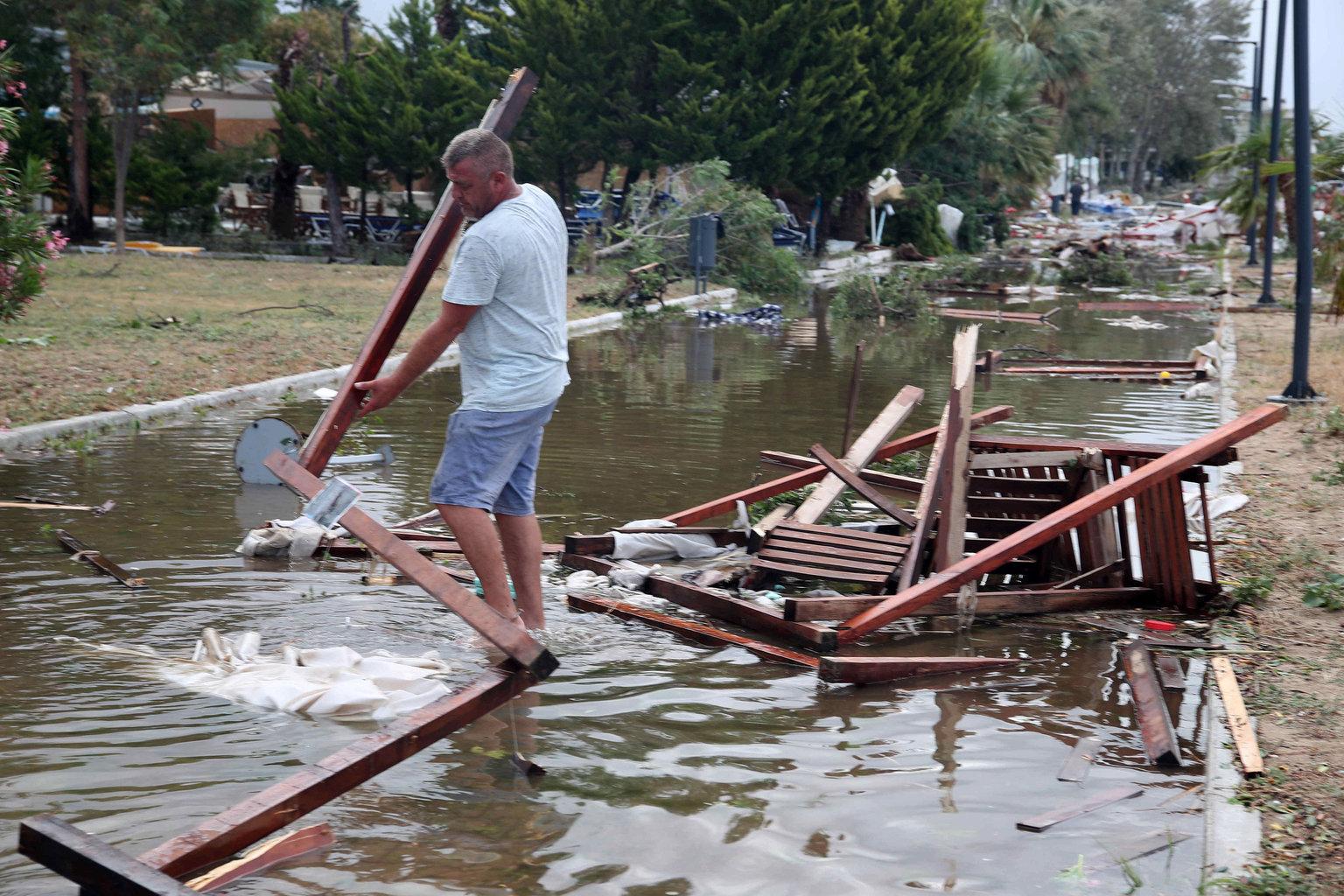 Vihar utáni helyreállítás a görögországi Halkidikí-félszigeten fekvő Szozopoliszban (Fotó: MTI/EPA/ANA-MPA/Ververidisz Vaszilisz)