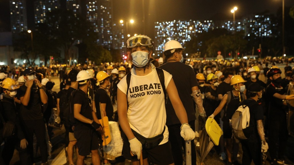 Több tízezren tüntettek Peking és a rendőrség mellett Hongkongban
