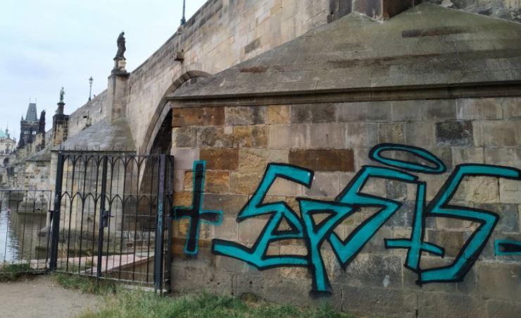 Öt évre kitiltották Csehországból a Károly hídra graffitit festő német turistákat