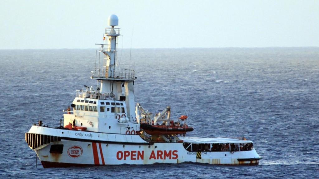 Többen partra szállhattak az Open Arms csempészhajón utazó migránsok közül