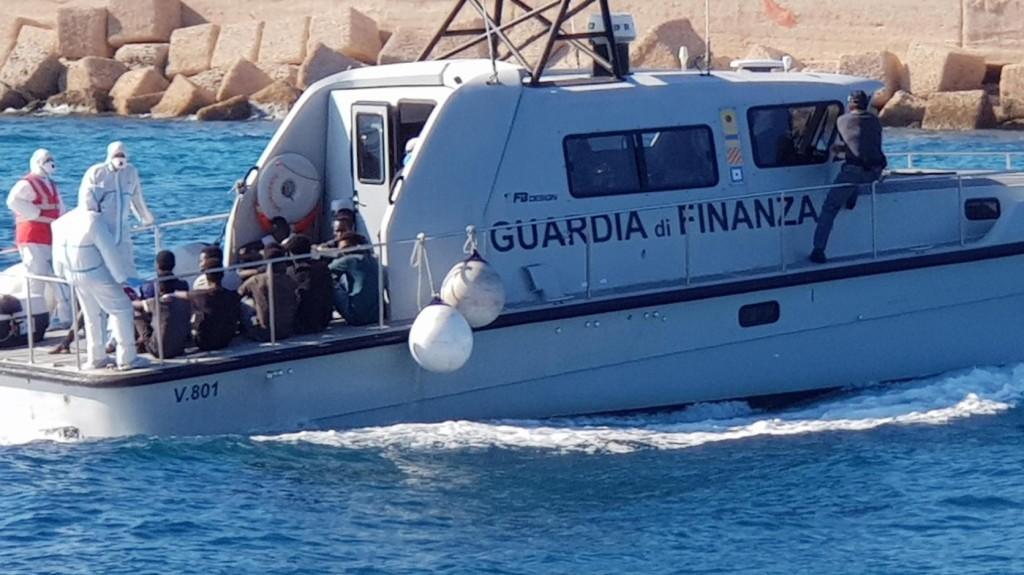 Nem jogszerű a civil mentőhajók magatartása a jogász szerint