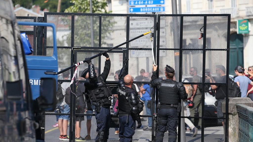 Macron fejjel lefelé fordított portréjával tüntettek környezetvédők és antikapitalisták