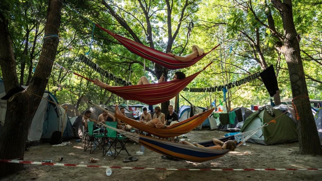 Rászorulók kapják a szigeti fesztiválozók hátrahagyott hatszáz sátrát