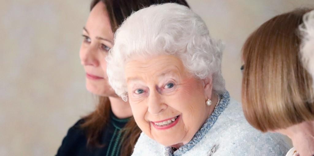 Erzsébet királynő elsöprő győzelmet aratott, Harry és Katalin sem tudott labdába rúgni