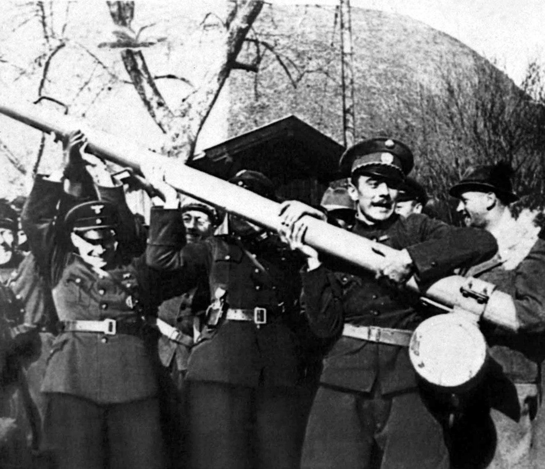 Német és osztrák fasiszták döntik le a két ország közötti határsorompót 1938. március 12-én, miután a Német Birodalom csapataival megszállta Ausztriát (Fotó: MTI Fotó/EPA)
