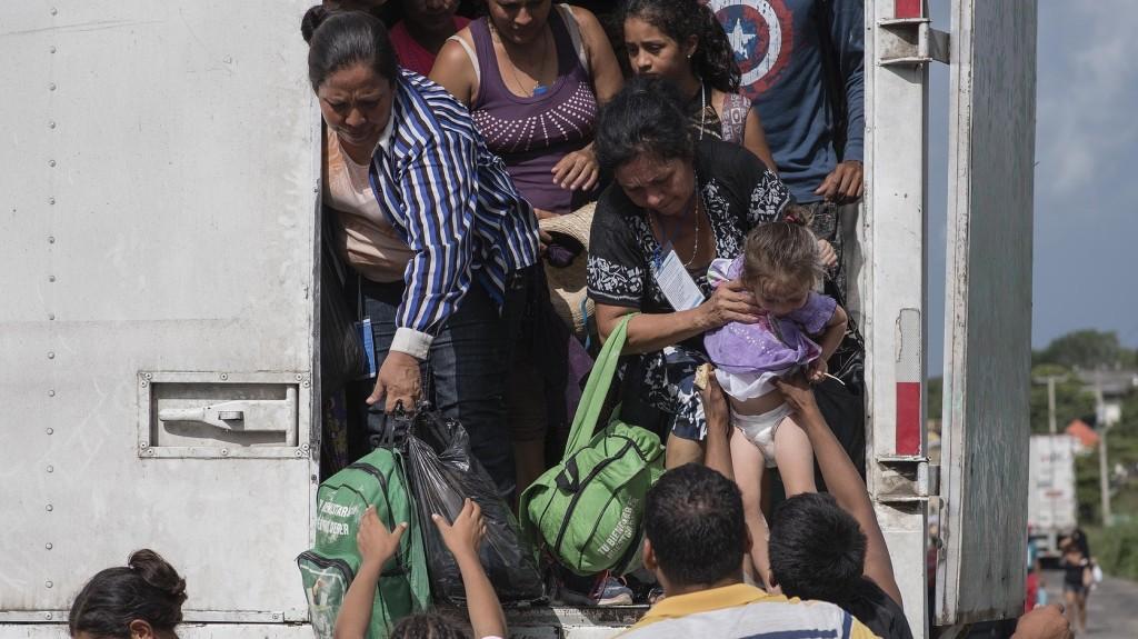 Csaknem félszáz migránst találtak az észak-macedón határőrök egy kisteherautóban