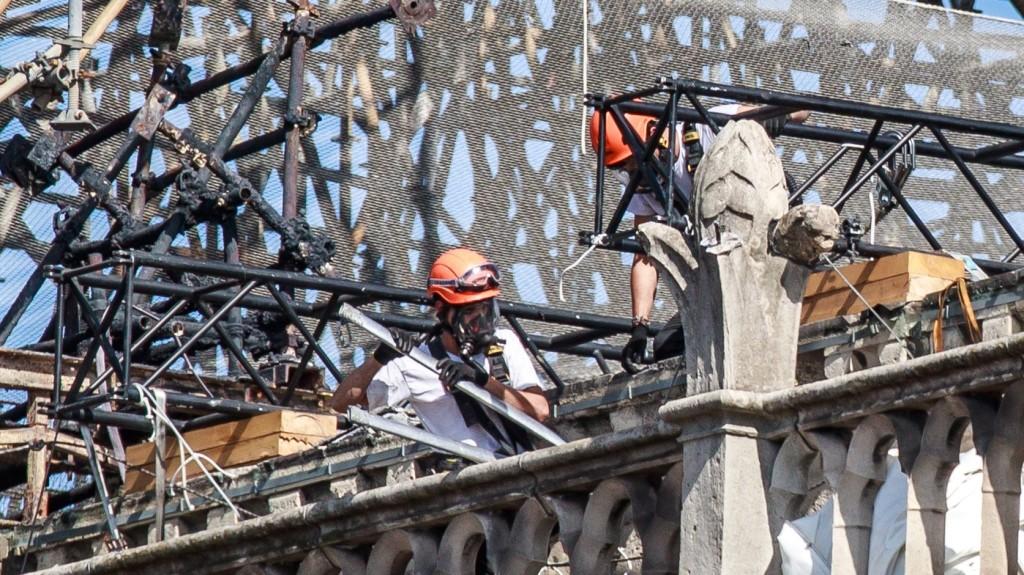 Újrakezdték az ólommérgezés veszélye miatt félbehagyott munkákat a Notre Dame székesegyházon