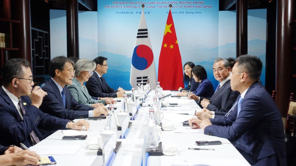 A kínai miniszterelnök fogadta a japán és dél-koreai külügyminisztert Pekingben