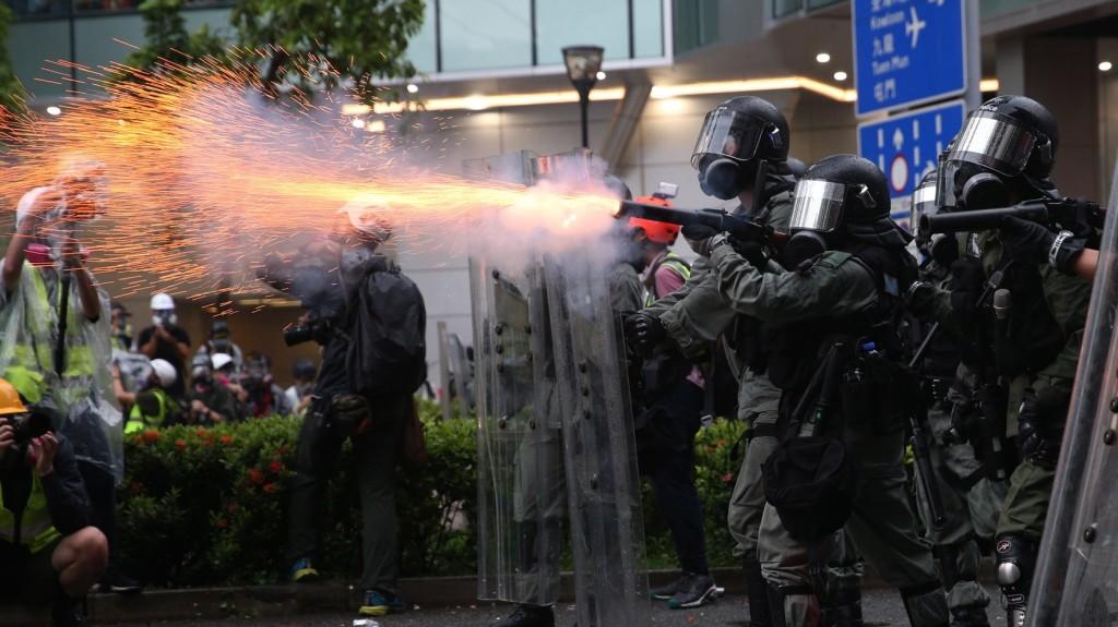 Egy rendőr figyelmeztető lövést adott le Hongkongban