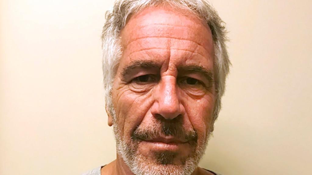 Vádat emeltek a zárkájában halálát lelő pedofil Jeffrey Epstein börtönőrei ellen