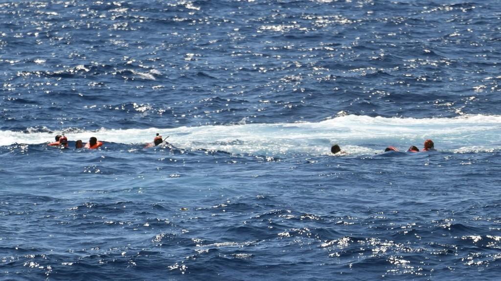 Ismét többen a tengerbe ugrottak a Lampedusánál veszteglő segélyhajóról
