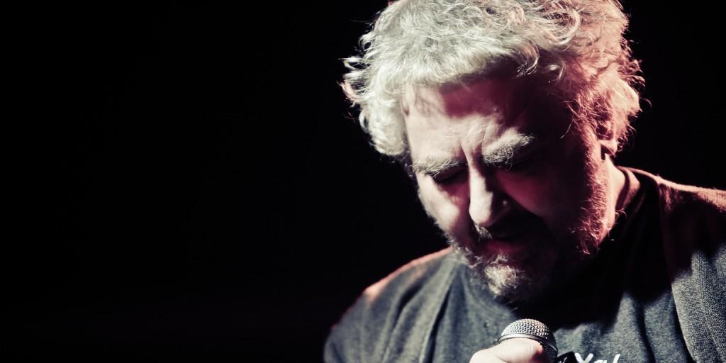 Szívroham következtében elhunyt a neves énekes-dalszerző