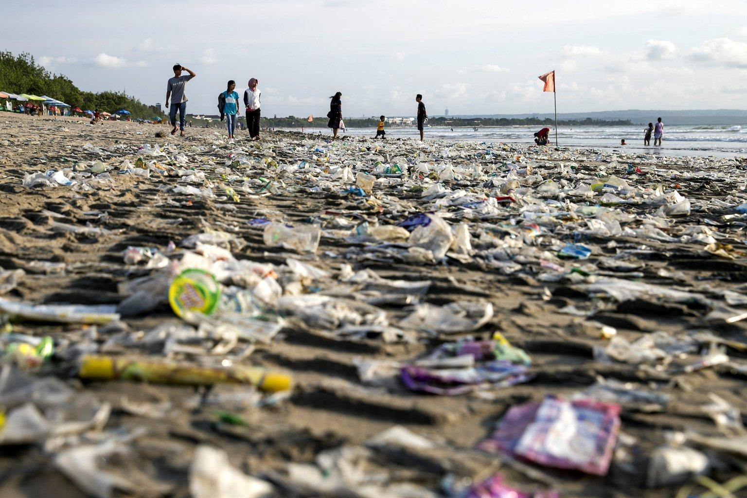 Partra sodort műanyaghulladék borítja a Bali indonéz sziget Denpasar városának Kuta nevű strandját (MTI/EPA/Madi Nagi)