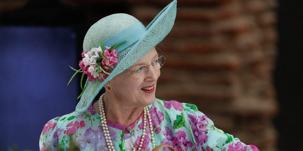 A dán királynő az időseknek adja a születésnapjára szánt virágokat