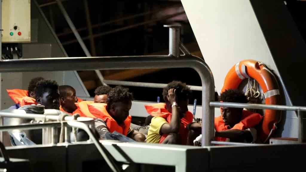 Málta egyezségre jutott 284 migráns elhelyezéséről az EU-ban