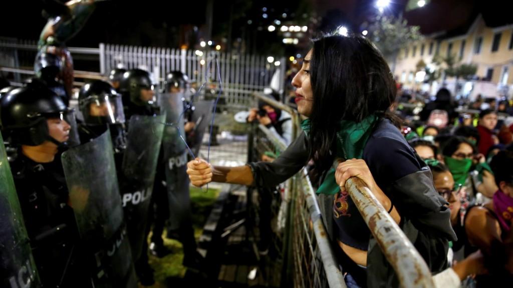 Nők százai csaptak össze rendőrökkel az abortuszszigor miatt Ecuadorban