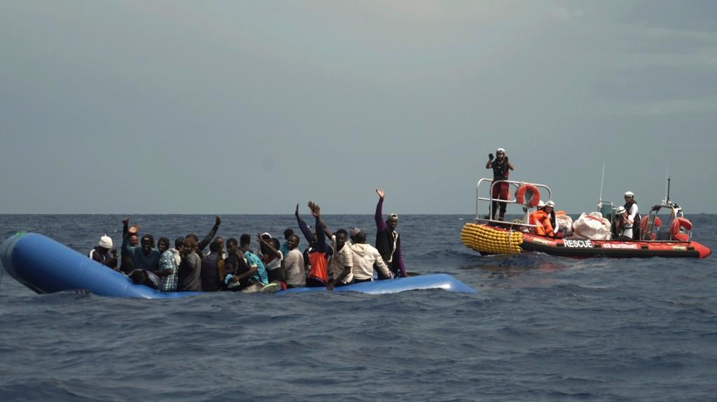 Csaknem félezer migránst mentettek ki az utóbbi napokban a Földközi-tengerből