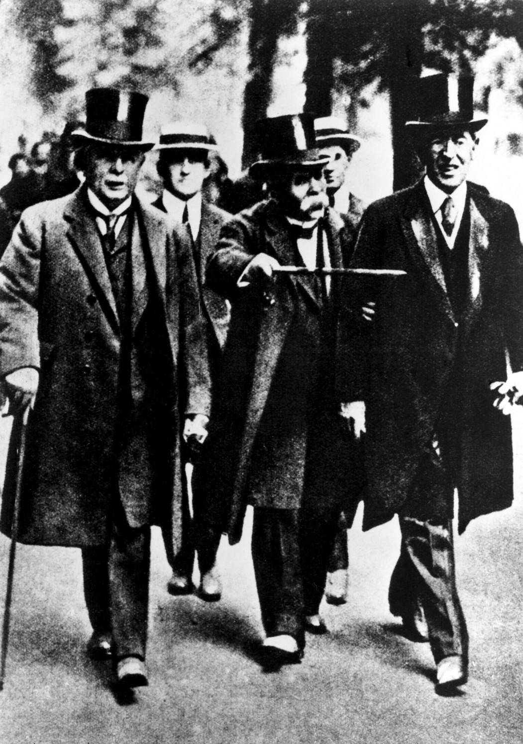 Lloyd George, Clemenceau és Wilson mennek 1919. május 7-én a versailles-i Trianon palota felé, ahol ezen a napon kezdték meg a versailles-i békeszerződés tárgyalását (Fotó: MTI, 1919)