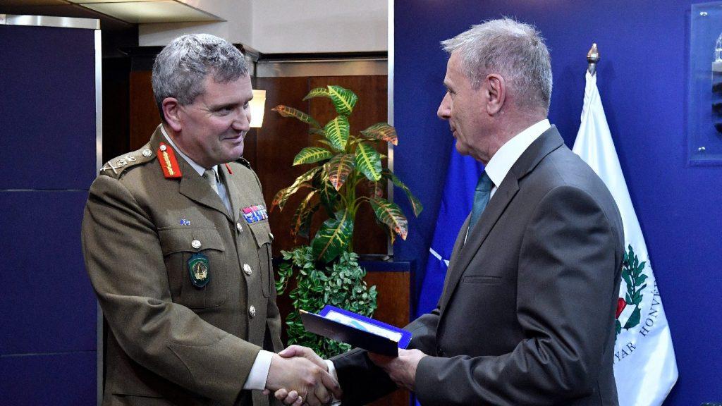 Kitüntetést adott át egy NATO főparancsnok-helyettesnek a honvédelmi miniszter