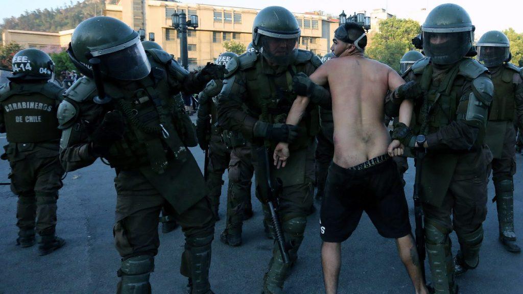 Felfüggesztik a gumilövedék használatát a chilei rendőrök