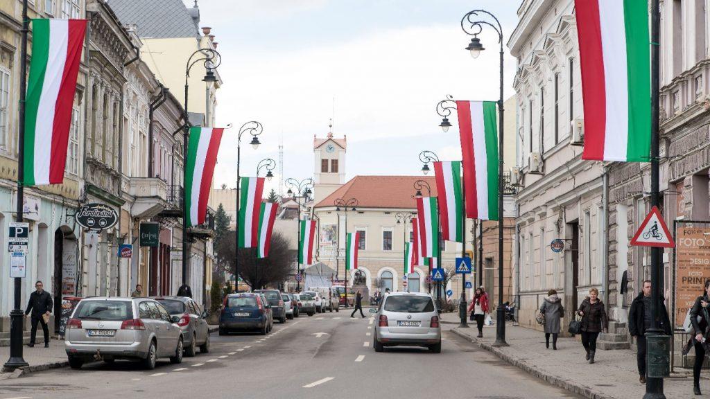 Le kell szedni a magyar zászlót a székelyudvarhelyi városházáról