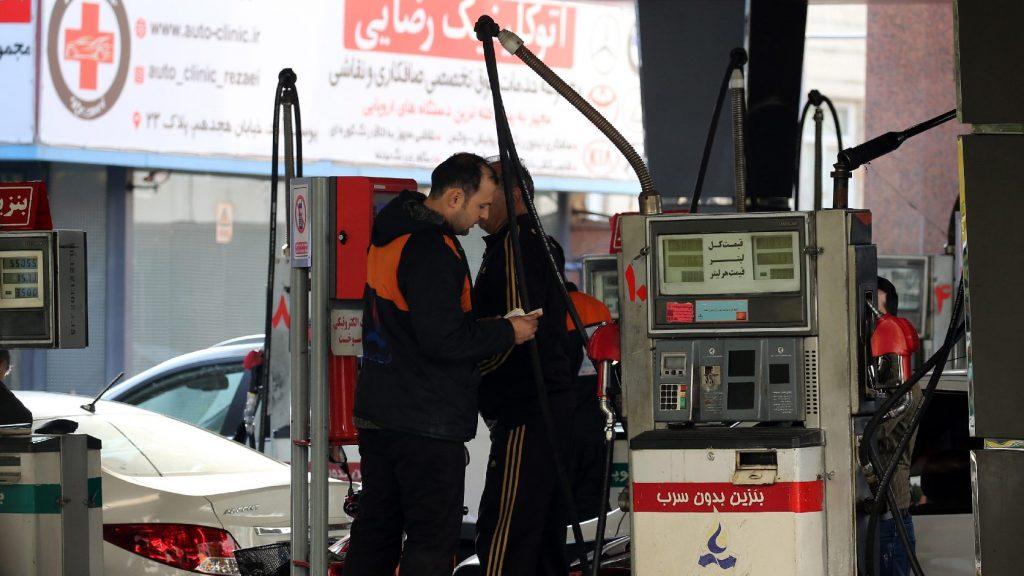 A benzinár-emelkedés miatt tüntettek Iránban