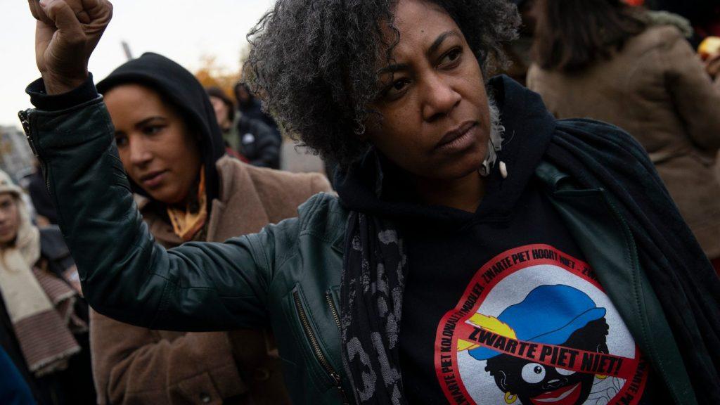 Tüntetésekkel fogadták Hollandiában a Mikulást és Fekete Péter nevű kísérőit