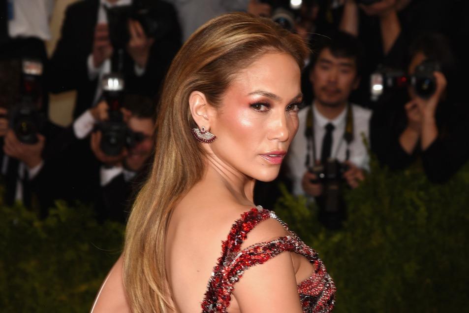 Így baseballozik Jennifer Lopez otthon a kertben!