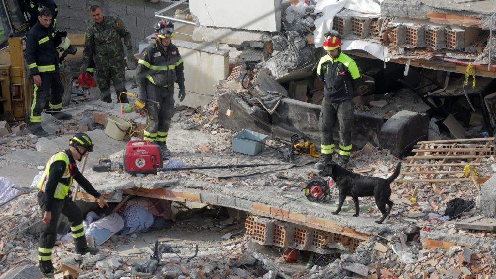 Letartóztatások Albániában a pusztító földrengés után