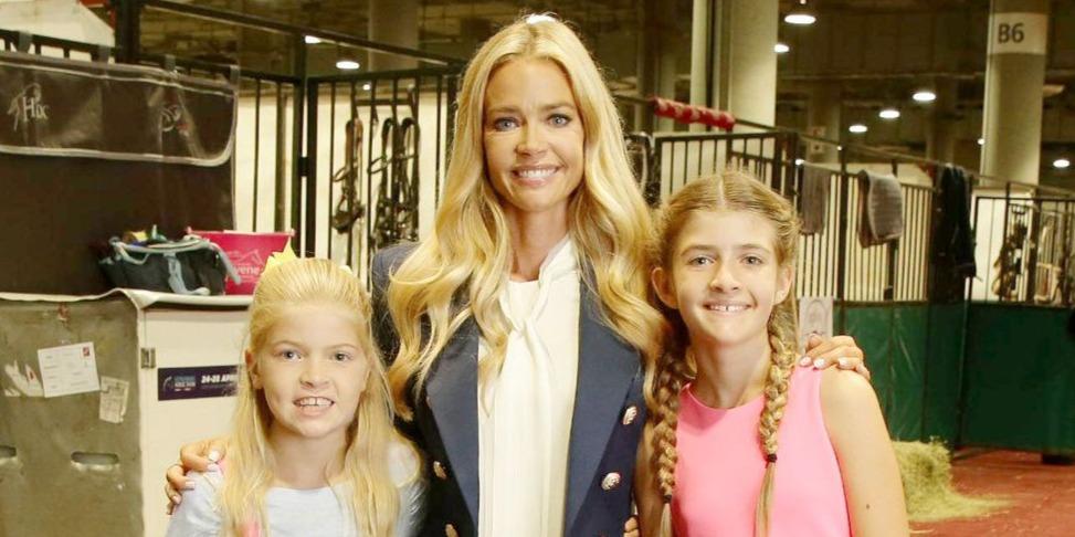 Denise Richards és Charlie Sheen lányai meseszépek a karácsonyi üdvözlőlapon