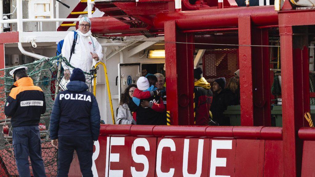 Csaknem száz migránst vett fedélzetére az Ocean Viking a líbiai partoknál