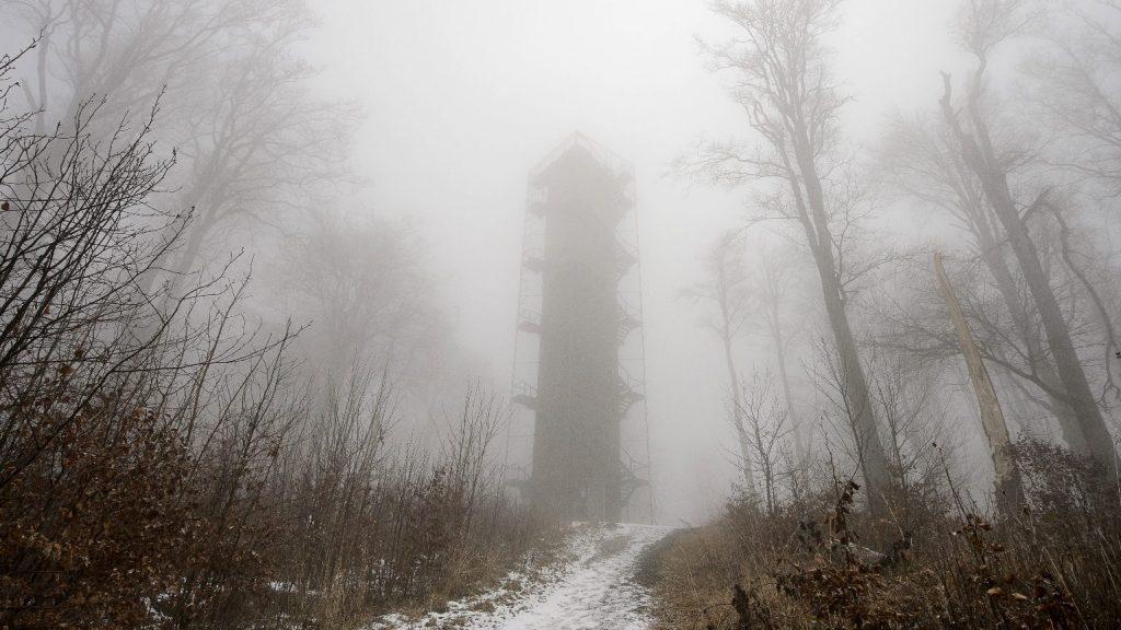 Marad a borult, ködös idő