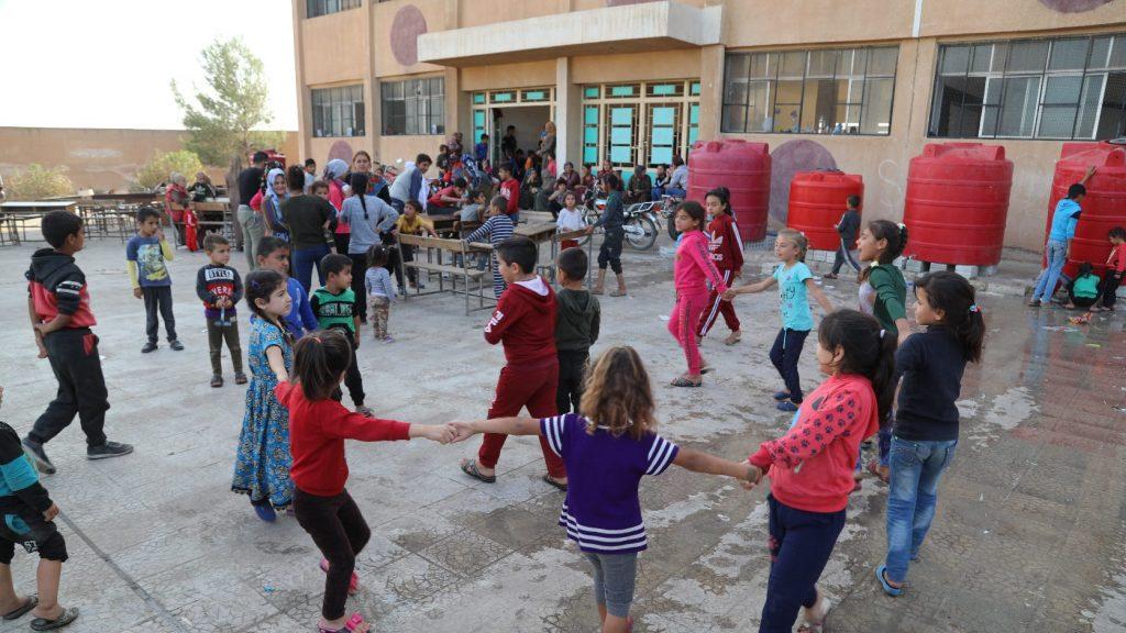 Arab nyelvű Szezám utca segít a szíriai háború menekült gyermekeinek