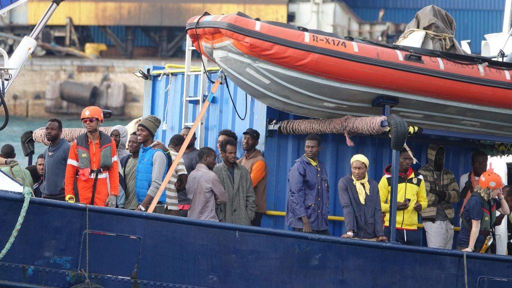 Civil hajók száznál több migránst vettek a Földközi-tengeren