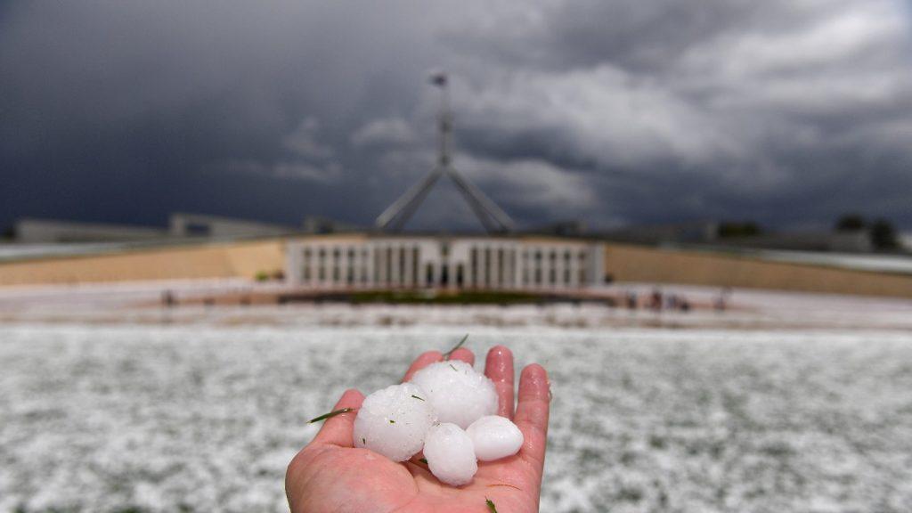 Heves viharok, jégeső ellenére is tombol a tűzvész Ausztráliában