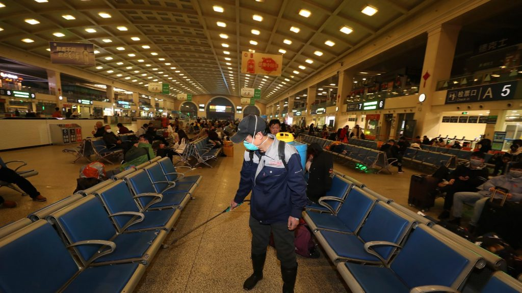 Majdnem duplájára nőtt az új koronavírusban elhunytak száma Kínában