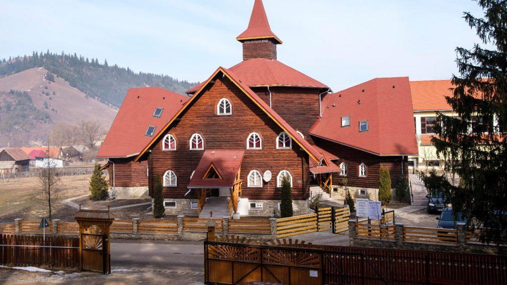 Átadták az Árpád-házi Szent Erzsébet katolikus iskola felújított épületeit