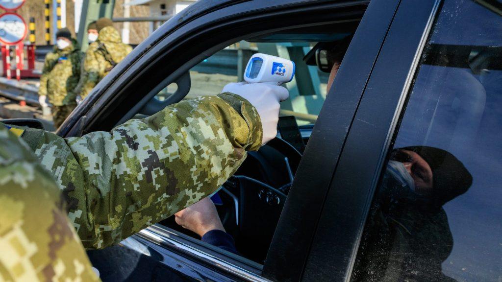 Minden beutazó testhőmérsékletét megmérik az ukrán határokon