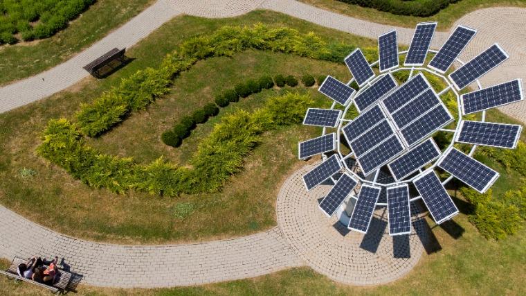 Napraforgó alakú, napkövető rendszerrel ellátott napelem telep Zala megyében (Fotó:MTI/Varga György)